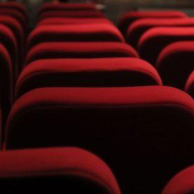 Tout autour du spectacle - le rouge intense des fauteuils